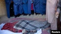 چهارشنبه هفته گذشته دزدان مسلح یک باشنده ناحیه نهم شهر کابل را حوالی ساعت هفت و سی شام با ضرب چاقو به قتل رسانیده و یک همراه اش را زخمی ساختند.