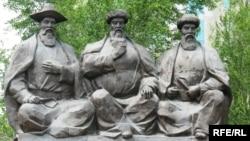 Казыбек би, Толе би и Айтеке би, основоположники казахского правосудия. Памятник в Астане. Июнь 2009 года.