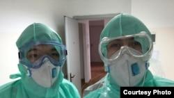 Медбрат Агабек Бердибек с коллегой в больнице.