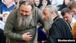 Очолювана митрополитом Онуфрієм (праворуч) УПЦ (МП) оголосила про свою неучасть в об'єднавчому соборі українського православ'я