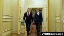 Президент Кыргызстана Алмазбек Атамбаев и президент Казахстана Нурсултан Назарбаев (слева). 7 ноября 2014 года.