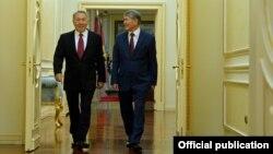 Президент Алмазбек Атамбаев жана казак президенти Нурсултан Назарбаев. 2014-жыл