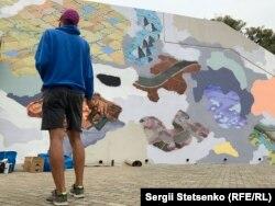 Художник Павел Душек обмірковує наступний етап створення муралу