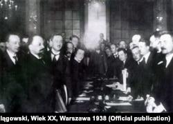 Підписання Ризького миру – договору між представниками РСФРР і УРСР, з одного боку, та Польщі – з другого, який формально закінчив польсько-радянський збройний конфлікт 1919–1920 років і санкціонував поділ українських і білоруських земель між Польщею та радянською Росією й фактично анулював Варшавський договір 1920 року. Рига, 18 березня 1921 року
