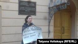 Активистка движения «Весна» во время акции «Он мог бы стать Ролдугиным…» у здания музыкальной школы имени Римского-Корсакова. Санкт-Петербург, 16 апреля 2016 года.
