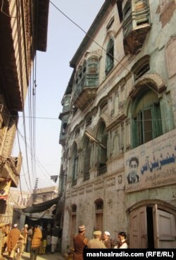د پېښور په ډکي منور شاه محله کې د راج کپور تاریخي کور چې اوس یې د محلت اوسېدونکي په نامه ویاړي