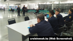 Сотрудники полиции в здании ЦОНа. Уральск, 1 февраля 2020 года.