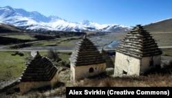 """""""მიცვალებულთა ქალაქი"""" დარგავსში, რუსეთის ჩრდილოეთ ოსეთის, ალანიის, რეგიონში, სადაც გარდაცვლილებს ქვის სტრუქტურებში ასაფლავებდნენ. ანატორი აქედან 65 კილომეტრშია."""