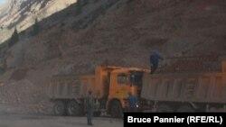 Китайские рабочие на строительстве дороги в горах Кыргызстана. 30 сентября 2015 года.
