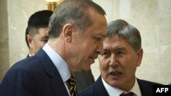 Түркия президенті Режеп Тайып Ердоған (бергі қатарда) мен Қырғызстан президенті Алмазбек Атамбаев (оң жақта).