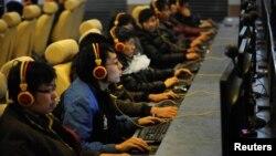 Интернет-кафеде отырған тұрғындар. Қытай, 30 желтоқсан 2010 жыл. (Көрнекі сурет)