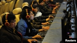 Интернет кафедегі жастар. Қытай, 30 желтоқсан 2010 жыл. (Көрнекі сурет)