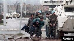 Sarajlije pretrčavaju ulicu bježeći od snajpera, 1993.