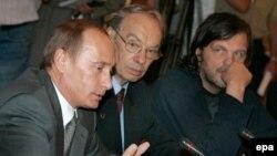 امیر کوستاریتسا (نفر اول سمت راست) در کنار آلکسی باتالف هنرپیشه و ولادیمیر پوتین رییس جمهوری روسیه، مسکو، ژوئن سال جاری میلادی