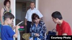 Садбарг Ганиева беседует с беспризорными детьми из Таджикистана