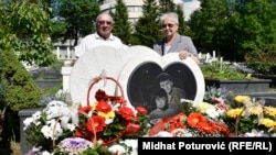 Admirini roditelji, Zijad i Nedreta, kraj spomenika tragično stradalih Admire i Boška, 18. maj 2017.
