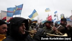 Участники демонстрации за евроинтеграцию Украины стоят на Майдане Незалежности. Киев, 7 декабря 2013 года.