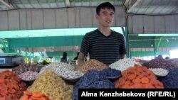 Мигрант жігіт. Алматы, 25 қыркүйек 2013 жыл. (Көрнекі сурет)