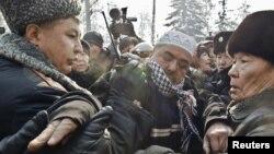 Шеруге шыққан азаматты полиция ұстап жатыр. Алматы, 25 ақпан 2012 жыл. (Көрнекі сурет)