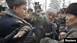 Противостояние митингующих и полиции на акции протеста в Алматы. 25 февраля 2012 года.
