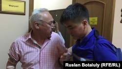 Сейітқазы Матаевты дәрігерлер ауруханаға әкетіп барады. Астана, 23 тамыз 2016 жыл.