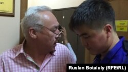 Председатель Союза журналистов Казахстана Сейтказы Матаев (слева) в сопровождении медика в суде. Астана, 23 августа 2016 года.