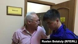 Сейітқазы Матаевты жедел жәрдем дәрігерлері соттан әкетіп барады. Астана, 23 тамыз 2016 жыл.