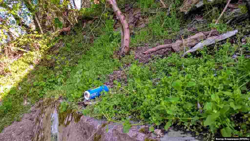 Здесь повсюду встречается мусор: бумага, обертки, бутылки, банки