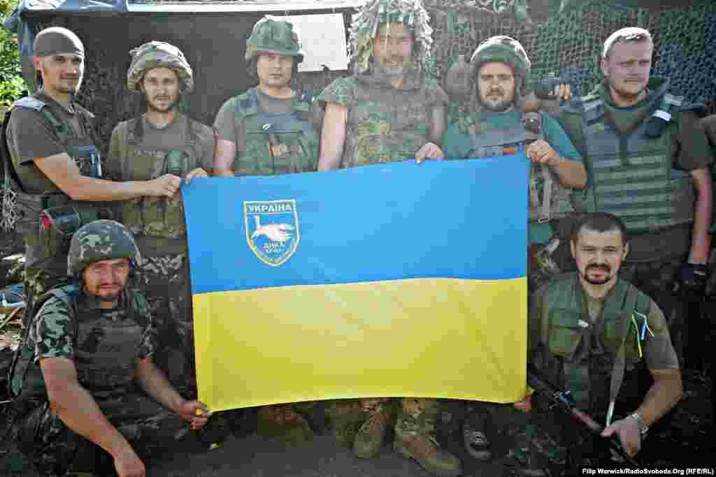 Бійці загону повітряних сил «Дика качка» позують для фотографії