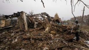 48-ми річний Володимир Шмарко біля залишків сусідського будинку у селі Спартак під Донецьком, 21 жовтня 2014 року