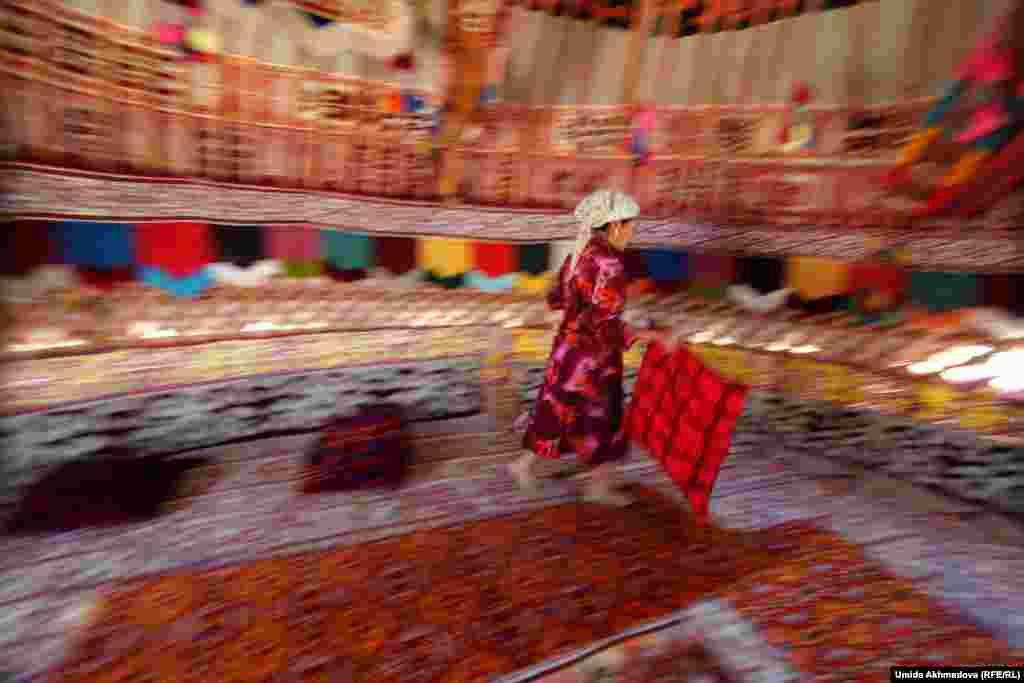 Фарида завершает украшать юрту.