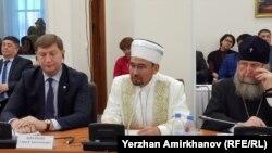 Серікбай Ораз (ортада) бас мүфти, ҚМДБ төрағасы. Астана, 29 қаңтар 2018.