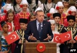 Реджеп Эрдоган в окружении подростков