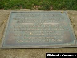 """Мемориальная табличка памяти Милна и Шепарда на опушке леса Эшдаун в Восточном Суссексе - описанном в книге Милна как """"Стоакровый лес"""""""
