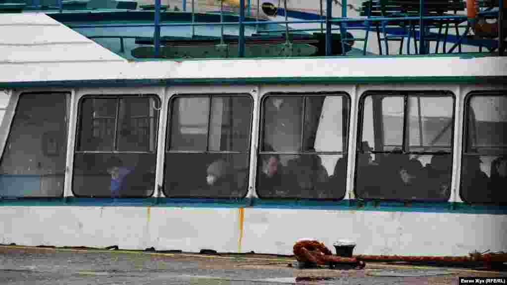 На пасажирському катері деякі пасажири також не дотримуються маскового режиму
