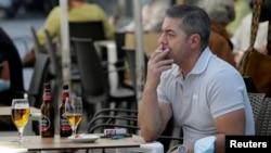Fumatul va fi interzis pe stradă când nu poate fi asigurată o distanță de doi metri