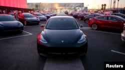 """Tesla"", ""Model 3"""