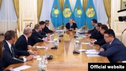 Қазақстан президенті Нұрсұлтан Назарбаев (ортада) АҚШ делегациясын қабылдап отыр. Астана, 28 тамыз 2017 жыл