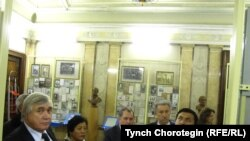 Туңгуч кыргыз элчисинин Орусияга сапарынын 225 жылдык мааракесине арналган жыйындын катышуучулары Орусия ИАсынын Чыгыш кол жазмалар институтунун музейин да көрүштү. 2010-ж., 27-октябр. TCh.