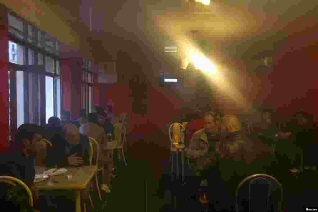 Сочидан 40 чакрым көнчыгыштагы Красная Поляна авылында төзүче мигрантлар бер кафеда ял итә.