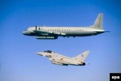 """Балтық теңізі әуесінде ұшып жүрген Ұлыбритания әскери күштерінің """"Тайфун"""" ұшағы мен ресейлік Ил-20. Маусым, 2015 жыл."""