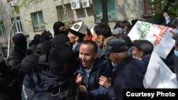 Полицейский спецназ оттесняет пытающихся пойти с площади у Академии наук к площади Республики участников земельного митинга. Алматы, 24 апреля 2021 года.
