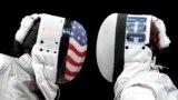 Америкалык Ли Кифер менен орусиялык Инна Дериглазованын фехтованиеден Олимп оюндарынын алтын медалы үчүн күрөшүп жаткан учуру. Бул беттештеЛи Кифер жеңип, олимпиада чемпиону болду.