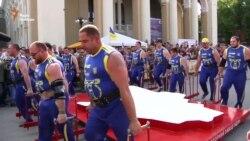 10 атлетаў пранесьлі трохтонны макет Украіны, усталяваўшы новы рэкорд (відэа)