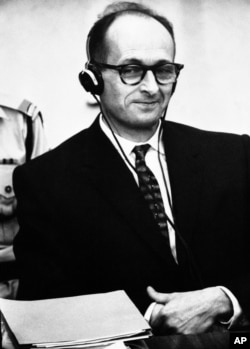 آیشمن در یکی از جلسات دادگاه