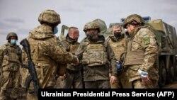 Президент Украины Владимир Зеленский посещает район боевых действий на Донбассе и общается с украинскими военными, апрель 2021 года