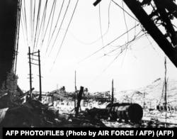 """Această fotografie făcută în 1945 lângă râul Urakami din Nagasaki arată un perete de cărămidă naufragiat și fabrica de oțel și armament """"Mitsubishi"""", devastată după bombardamentul forțelor aeriene americane."""