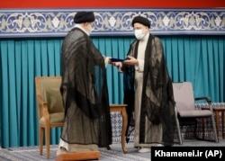 Высший руководитель Исламской республики Иран Великий аятолла Али Хаменеи вручает Ибрахиму Раиси президентский мандат. 3 августа 2021 года