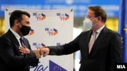 Премиерот Зоран Заев и еврокомесарот за проширување, Оливер Вархеји.