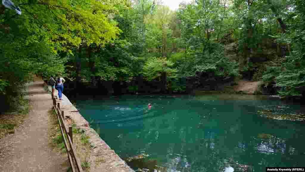 Из множества струек и источника под скалой, образовалось небольшое озеро с прозрачной и прохладной водой. Ее избытки сбегают ручьем вниз в русло Западного Булганака